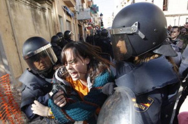 20120222112424-la-policia-detiene-a-una-joven-54256879879-53389389549-600-396.jpg